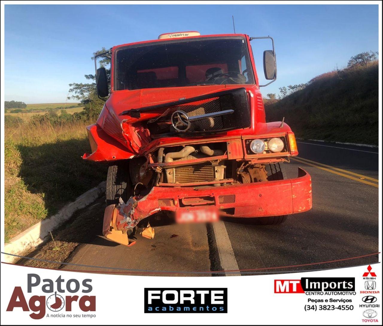 Condutora não percebe caminhão na retaguarda e acaba provocando acidente na rodovia MG-187