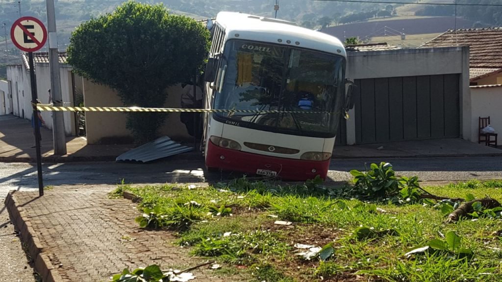 Ônibus desgovernado invade residência e fere idoso de 64 anos no Bairro Novo Horizonte