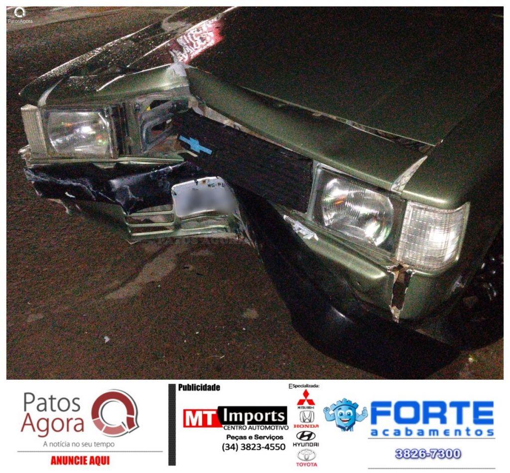 Condutor inabilitado colide em portão no bairro Antônio Caixeta.